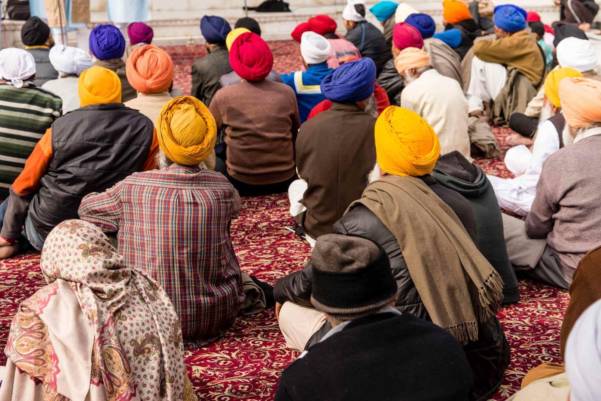 sikhs praying in a gurdwara
